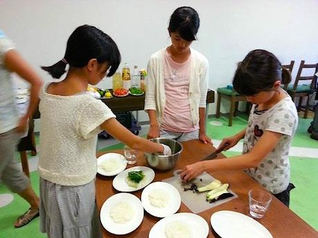 子どもに食の大切さを紹介する。写真はイメージ