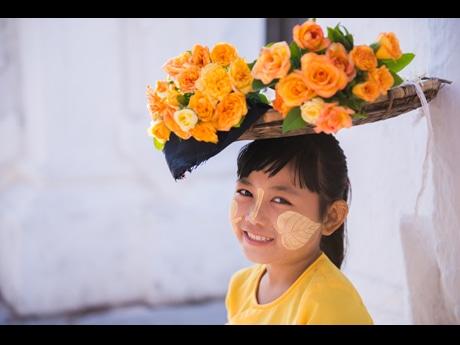 ミャンマーの人々の生活や表情を収めた写真を展示する