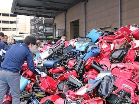 全国から集められたランドセルの開梱・検品・学用品の箱詰めの作業が行われた