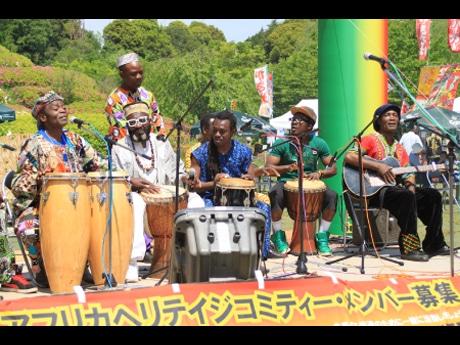アフリカヘリテイジバンドの生演奏も披露