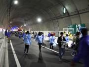 開通前の高速道「横浜北線」でトンネルウオークイベント 親子連れなど2万人参加