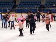 新横浜スケートセンターで子ども向け初心者スケート教室