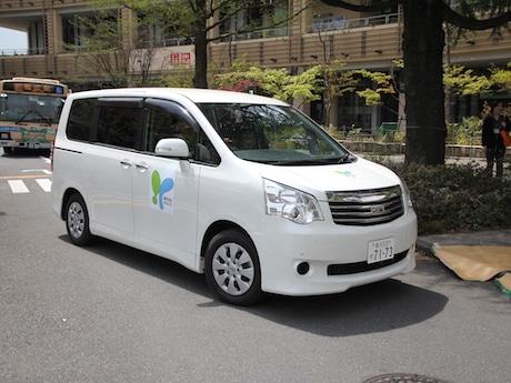 横浜環状北西線建設関連企業による地域貢献協議会がボランティアバスとしてミニバンを提供した
