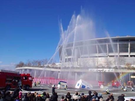 新横浜公園で港北区消防出初式 まとい振込みや一斉放水など