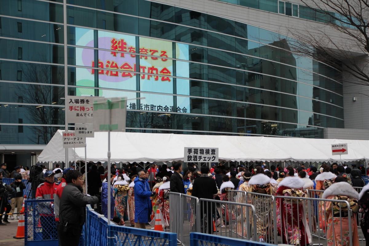 会場の横浜アリーナ前は多くの新成人でにぎわった