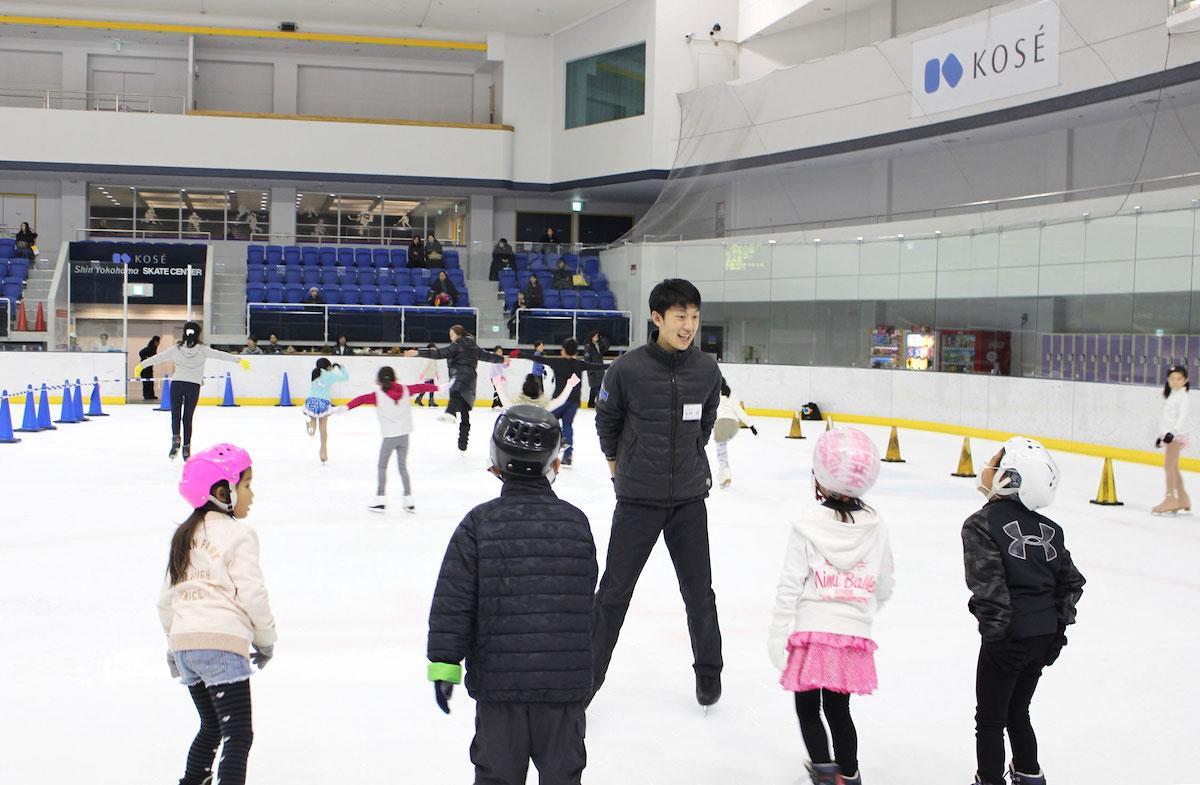 アイススケートの基本動作をレクチャーする