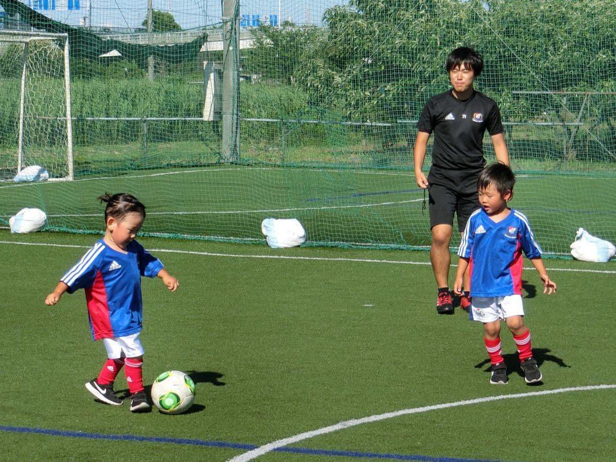 3・4歳児を対象にボールを使う楽しさを伝える。写真は小机校の様子©y.F.m
