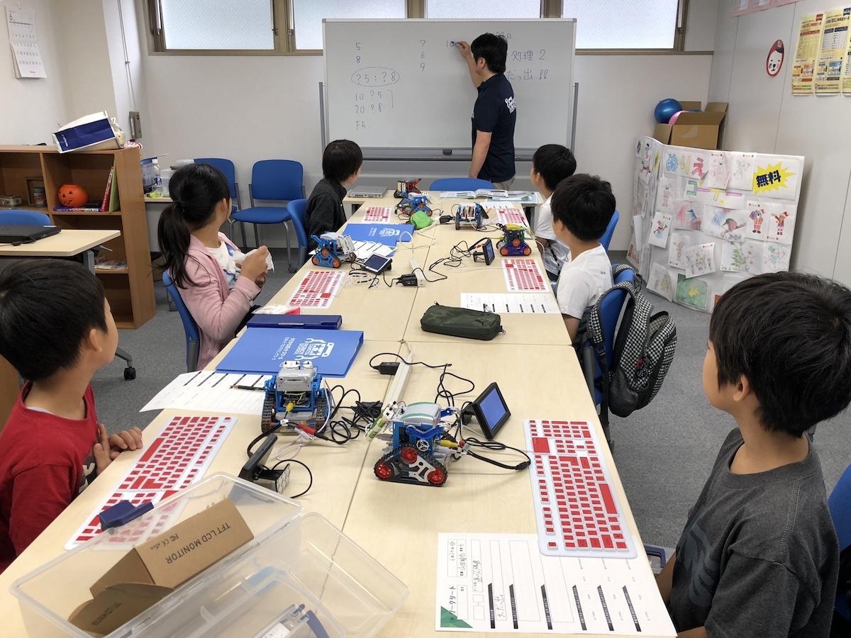 プログラミング専用こどもパソコン「Ichigojam」を使ってプログラミングを学ぶ。写真は普段のプログラミング教室の様子