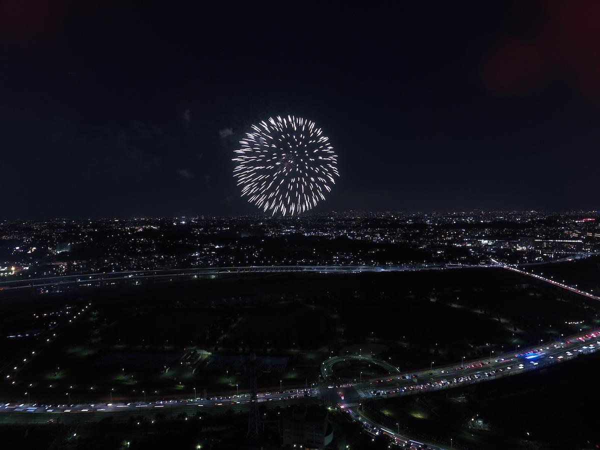 小机上空からの花火。撮影:ドローンの窓口&港北経済新聞