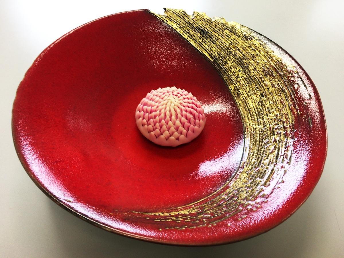 金沢の伝統的な技法を使った生和菓子作りを体験する。写真はイメージ