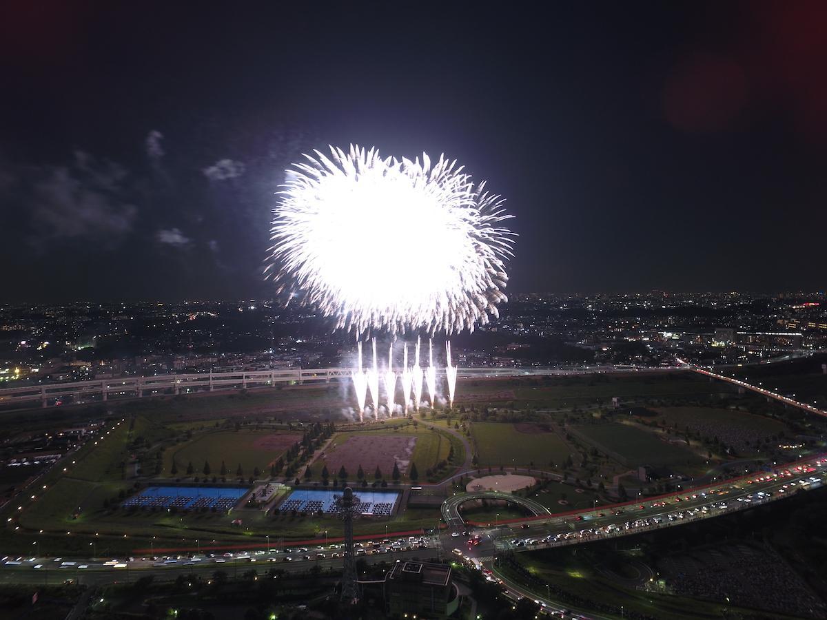 新横浜の夜空を花火が彩った