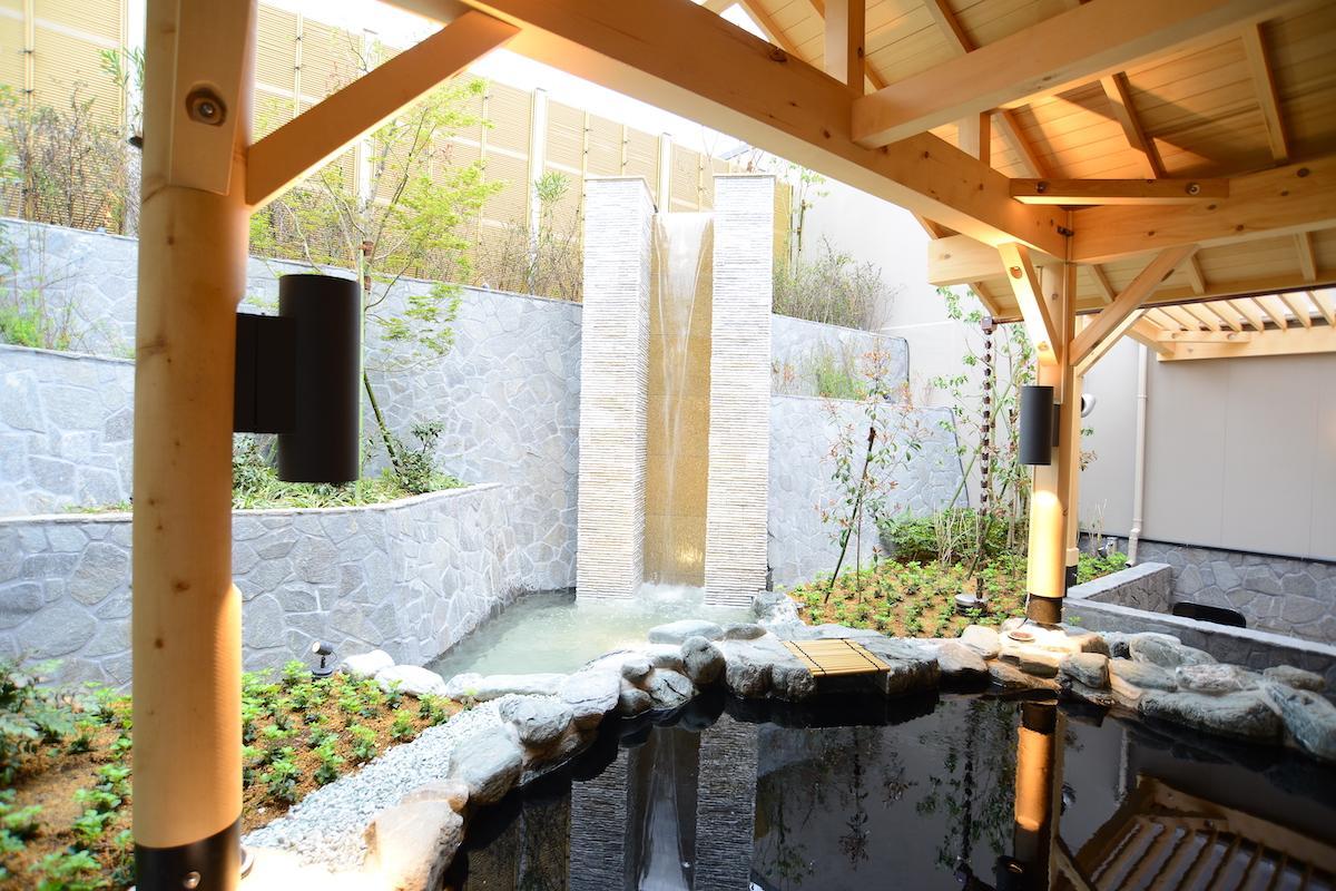 露天風呂で20度前後の源泉を楽しむ
