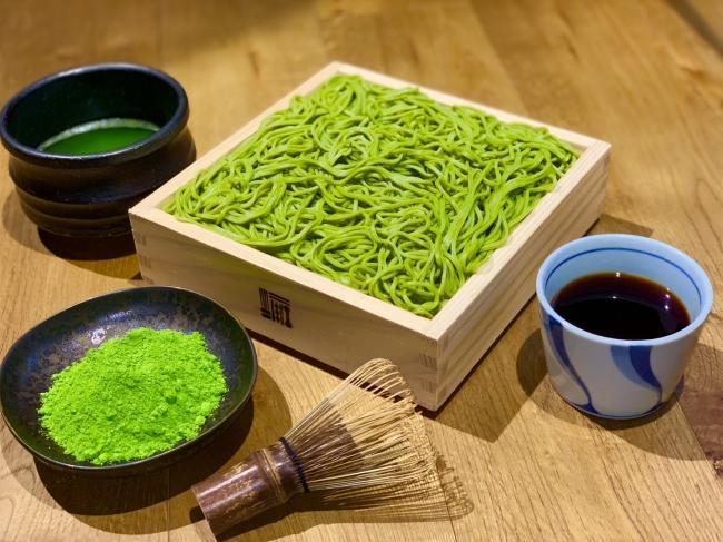 宇治抹茶切り せいろ蕎麦。抹茶の粉はイメージ