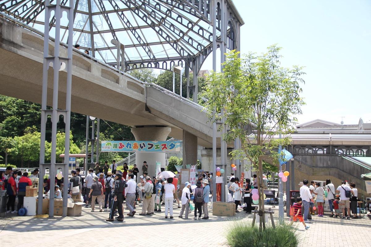 駅前ではステージイベントなども行われる。写真は過去開催の様子