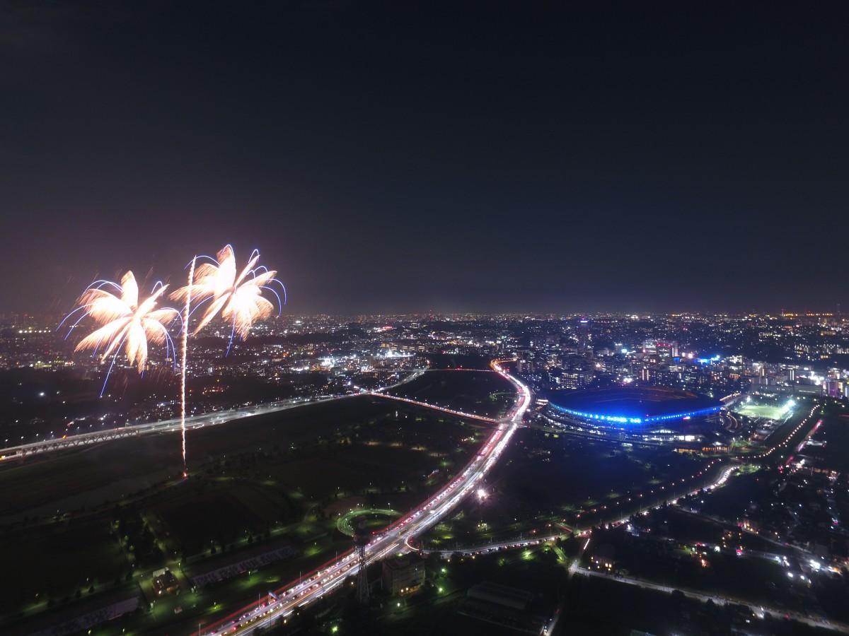 新横浜の夜空を彩る花火。無人航空機普及促進事業共同体「ドローンの窓口」の協力で小机にあるフライト練習場の敷地上空から撮影