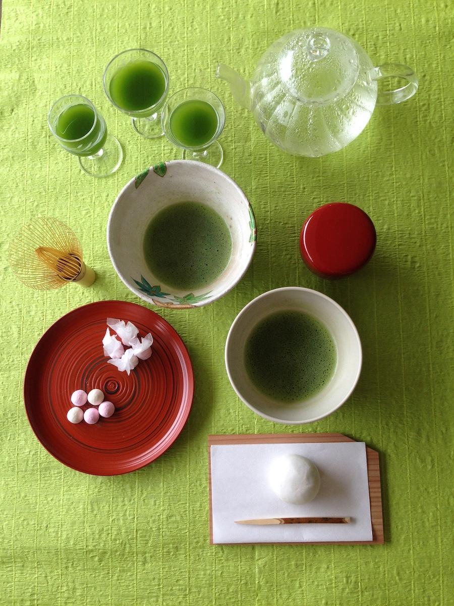 テーブルで茶道を体験する