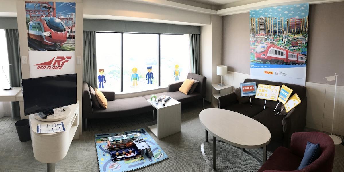 プラレール車両やプラキッズのデザインで装飾された部屋を用意する