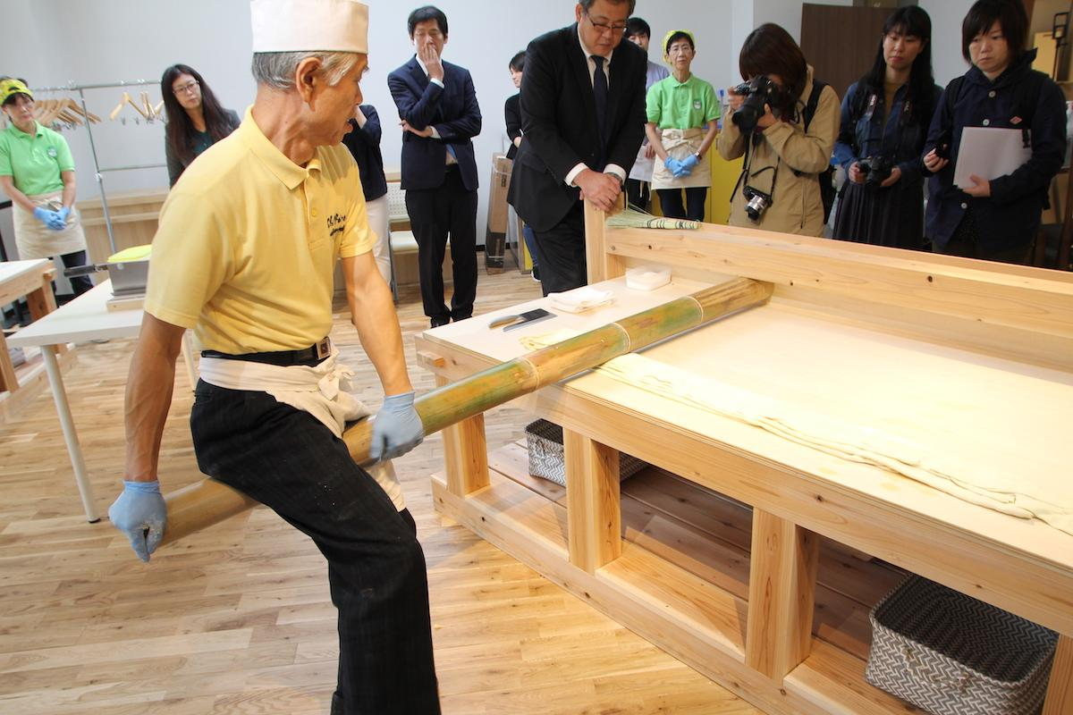 伝統的な製麺技法「青竹打ち」
