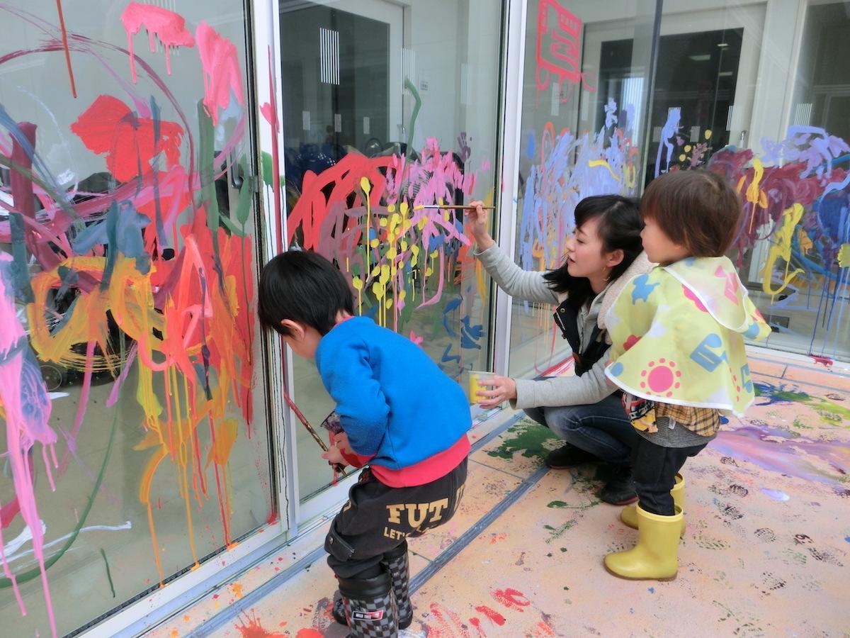 子どもが自由に絵や造形に挑戦できる親子のフリーゾーン