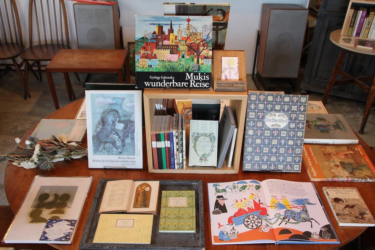 ドイツ・フランスの絵本など古書が並ぶ