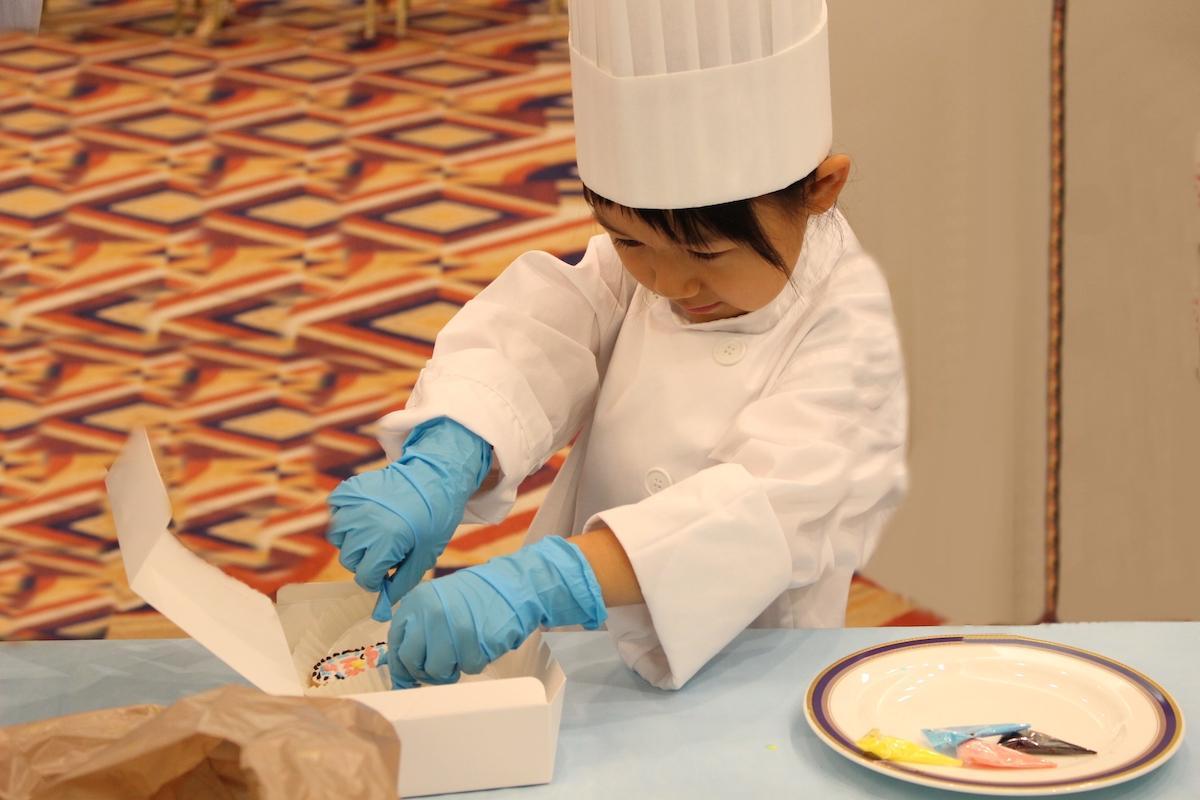 ロールケーキやチョコレート細工に挑戦する