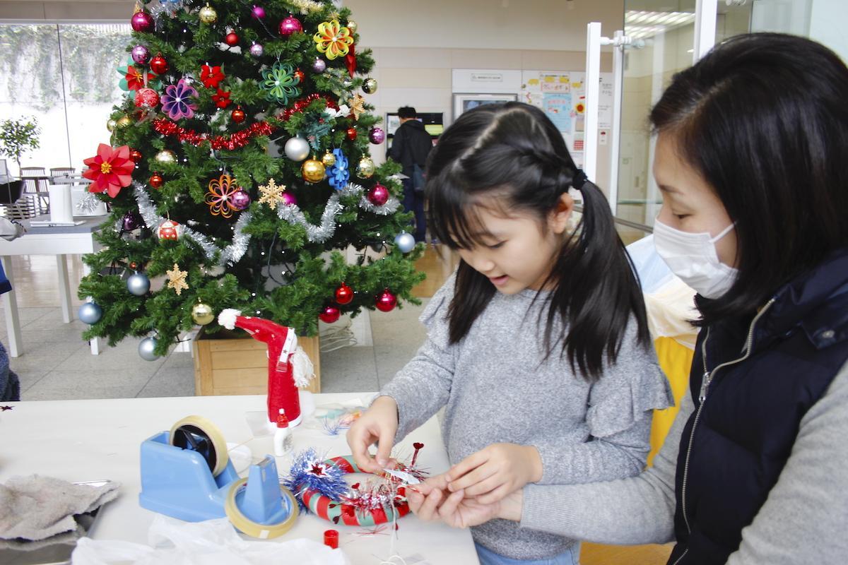 さまざまな素材を使ってクリスマス飾りを作る