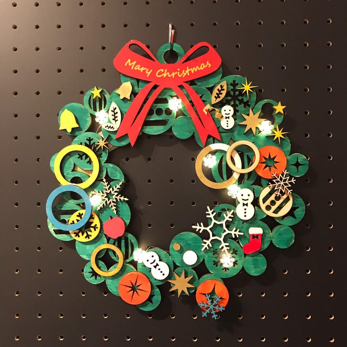 切り出したパーツを組み合わせてクリスマスリースを作る