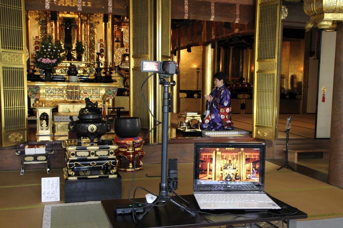 本堂に設置したカメラとパソコンで配信する