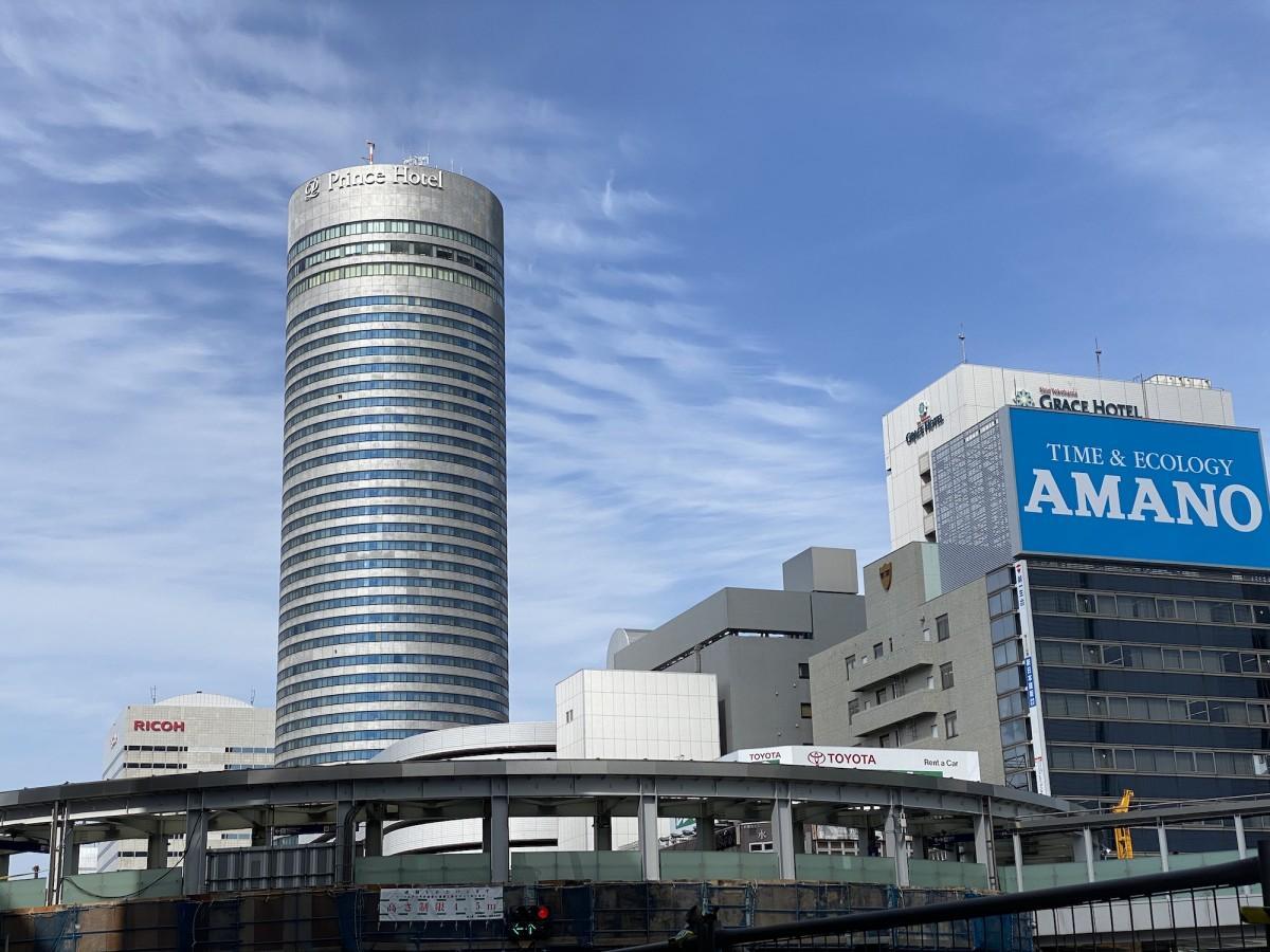 円筒形の建物が特徴の新横浜プリンスホテル
