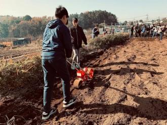 横浜・都筑の畑で小麦の種まき体験 「都筑こども小麦部」が企画