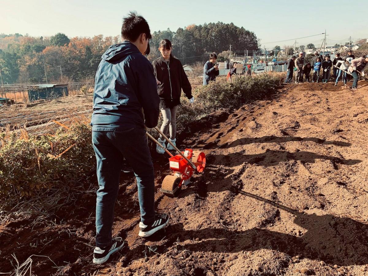 都筑ふれあいの丘駅近くの畑で開催する。写真は過去の畑作業の様子