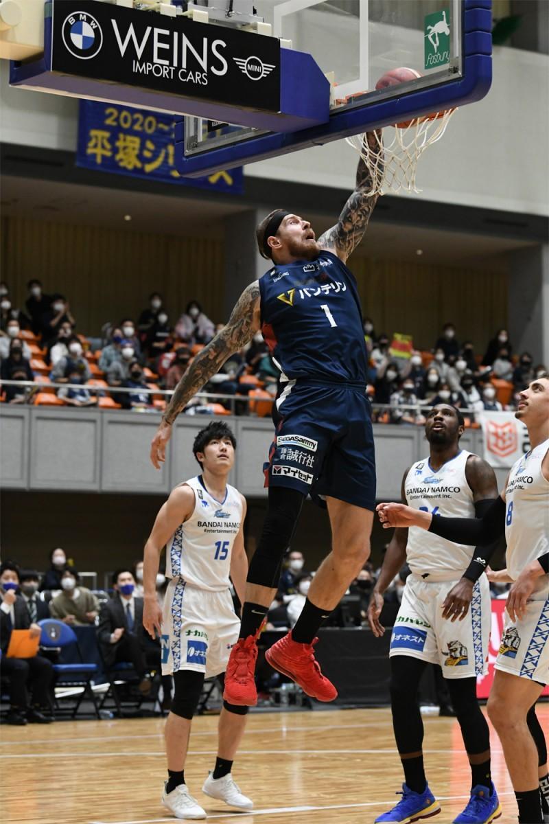 レジナルド・ベクトン選手とともにゴール下で活躍するパトリック・アウダ選手。撮影=斉藤豊(神奈川県バスケットボール協会)