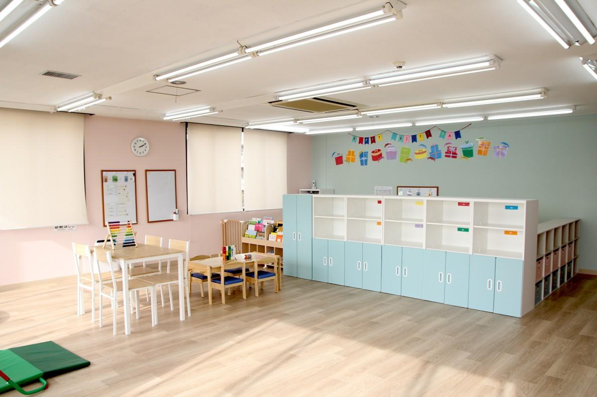明るい施設内で遊びながら学びと成長がある空間を提供する