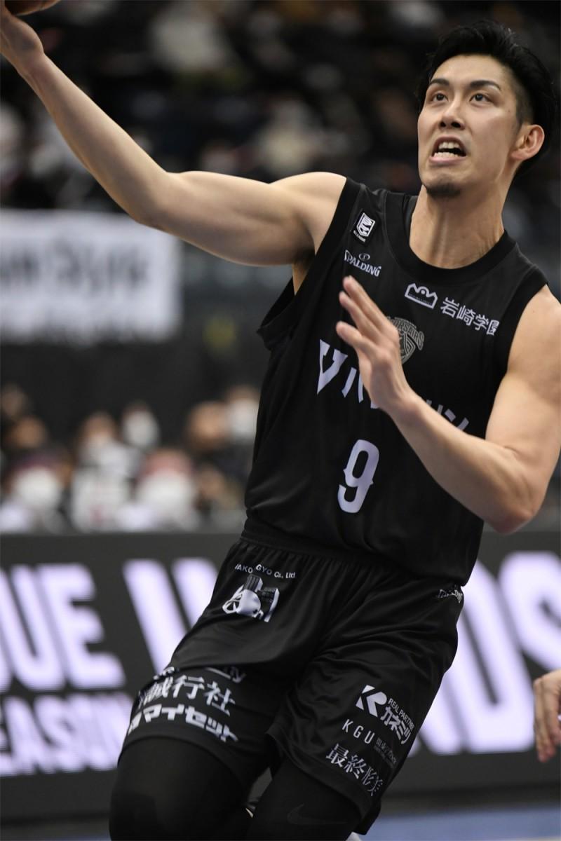 ゴールを揺らし続けて活躍した横浜ビー・コルセアーズの森川正明選手(#9)。撮影=斉藤豊(神奈川県バスケットボール協会)