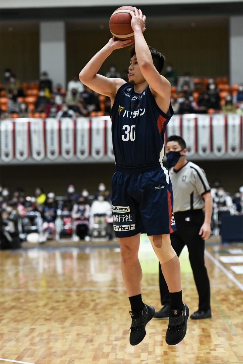 活躍した須藤昴矢選手(#30)。撮影=斉藤豊(神奈川県バスケットボール協会)