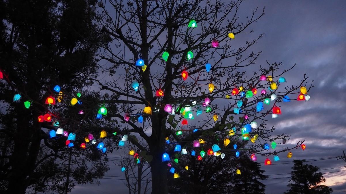 完成した作品は街路樹などに飾る。写真は昨年の「山下学舎(まなびや)文化祭」開催時