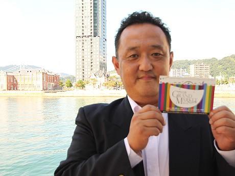 唯一の告知手段の小さなフライヤーを手に松永浩一さん。