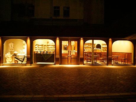 門司港駅前に大正浪漫カフェ「ウミネコ」-門司港駅前に夜のにぎわいを