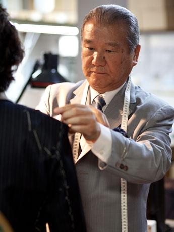 来店客の採寸をする吉田さん。