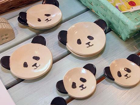 「ぱんだあん」作成のパンダの小皿。作家のタガワマキさんは「毎年20万頭以上の動物が殺処分されていることに疑問を感じ」売上の一部を動物愛護団体へ寄付している。