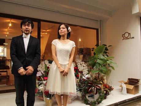店頭で、結婚の報告と開店の挨拶が行われた。
