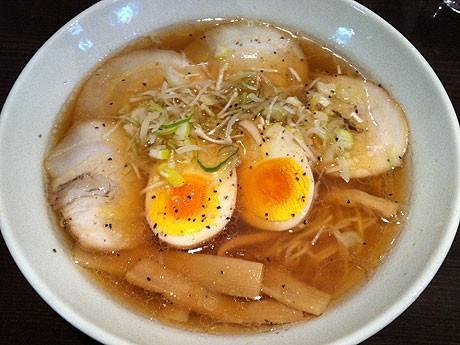 「味玉チャーシュー醤油ラーメン(味肉玉)」780円。麺を完食後に「汁飯」(170円~)を加えて、「二度楽しむ」お客が多いという。