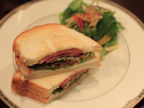 平川さんがベーコンから手作りする「一番人気のBLTサンドイッチ」(700円)。