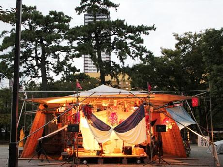 小倉城天守閣の下「大手門広場」にテントが張られる。