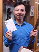 小倉の和楽器店がロックテイストのポストカード-「婿のイラスト」採用