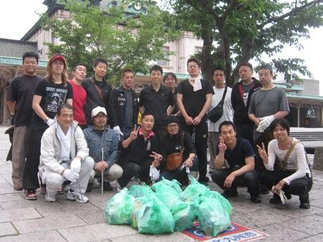 6月5日には、「北九州ラーメンフェスティバルでお世話になっている」門司港駅周辺の清掃活動を店主たち全員で行った。