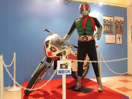 初代「仮面ライダー」とサイクロン号。