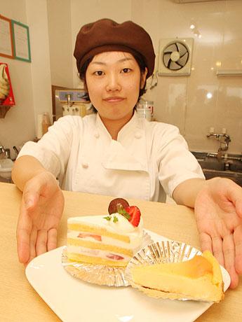 藤本愛子さんが「店内で最も高価」という「いちごショートケーキ」(250円)と「チーズケーキ」(150円)。
