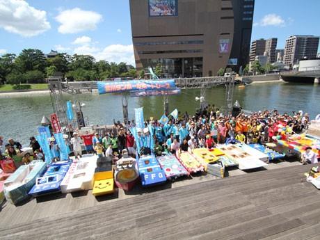 全45チームが参加した「第4回全日本紫川ダンボールボートレース」