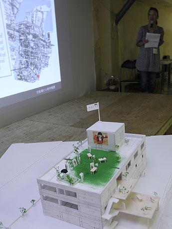 模型やフリーペーパーなども作成してプレゼンテーションしたチームも現れた。